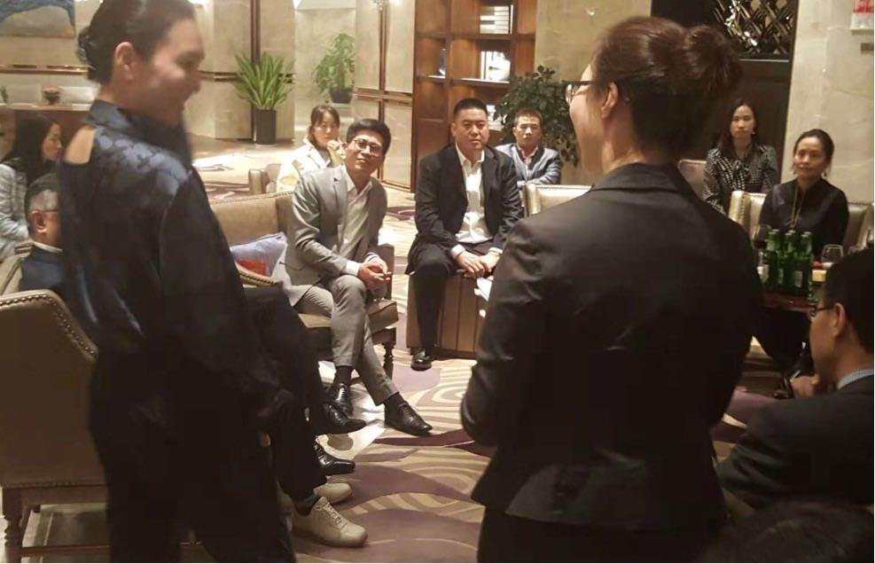 学会発表後の懇親会 兼 質問会での一コマ。中国の医師と本草閣 秋山が漢方薬の効能効果や症例について議論を交わします。